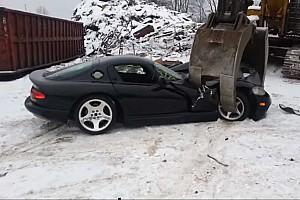 Videó: Fáj nézni, ahogy szétzúzzák ezeket a Dodge Vipereket