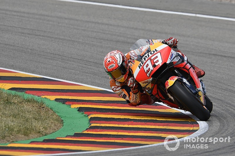 Marquez snelste in tricky warm-up op Sachsenring