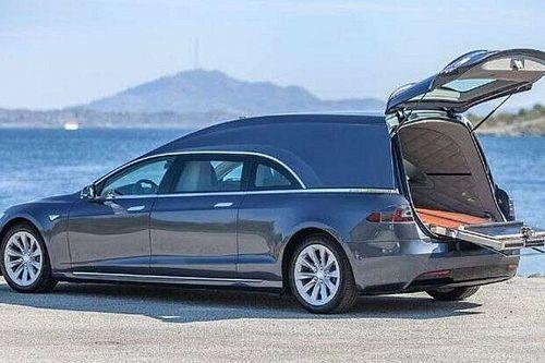 Un Tesla Model S, convertido en coche fúnebre