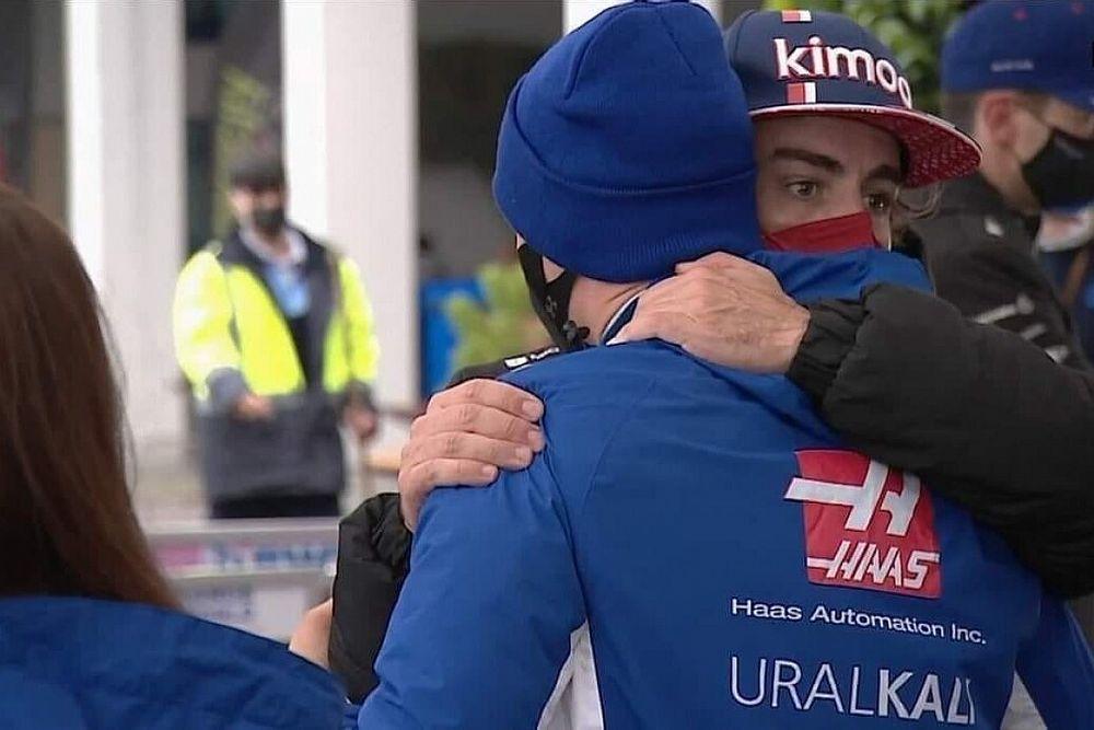 Alonso siente el toque con Mick Schumacher en Turquía