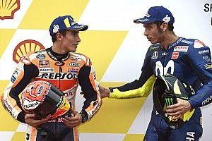 Rossi se disculpa con Márquez por entorpecerle en la pista