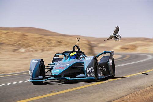 Felipe Massa sfida un falco pellegrino nel deserto sulla Venturi di Formula E