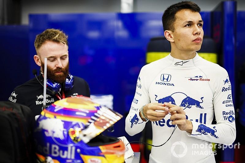 """アルボン、タイ人初のF1ドライバー""""ビラ王子""""の功績を称える特製メットで上海に挑む"""