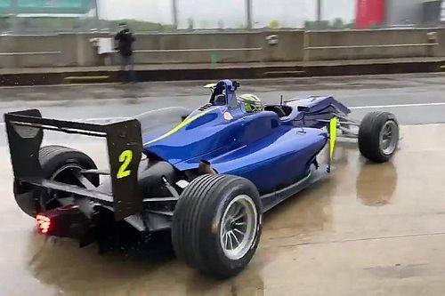 McLaren-coureurs Sainz en Norris in actie op nat Silverstone
