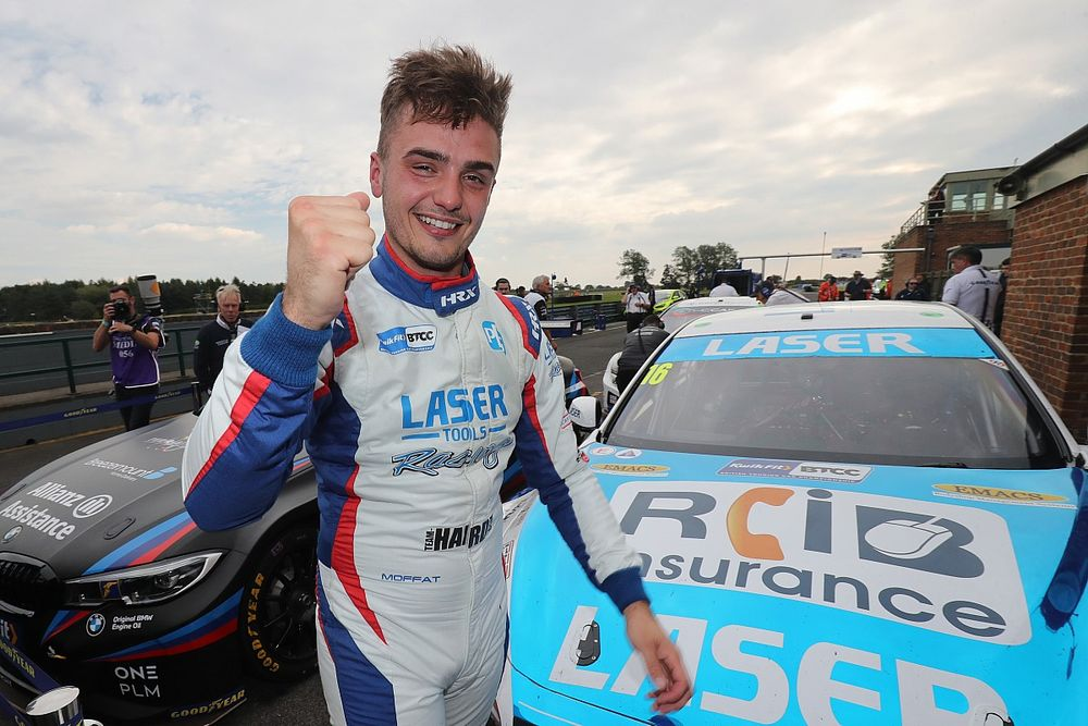 Croft BTCC: Moffat sweeps to first pole, denying Hill