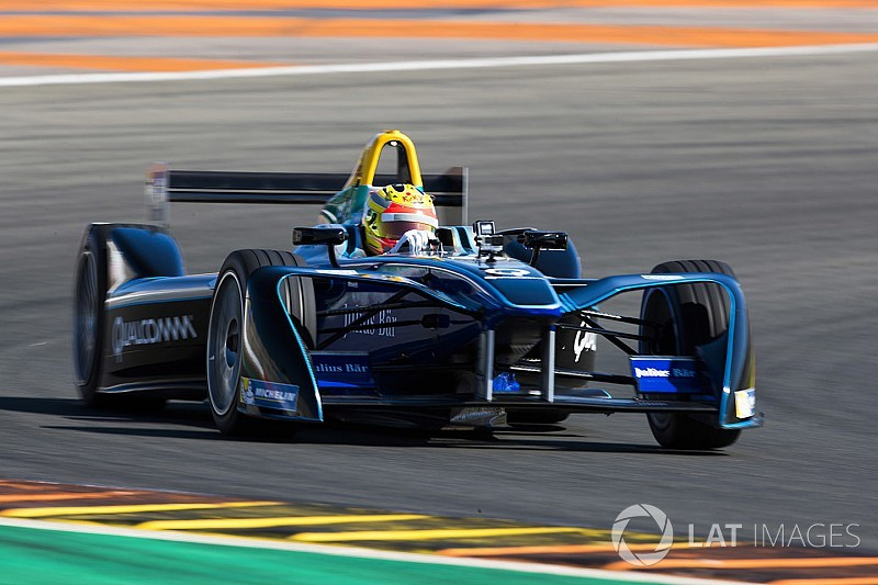 Voormalig F1-coureur Haryanto test Formule E-auto