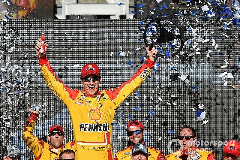 Из-за множества аварий гонка NASCAR финишировала в овертайме