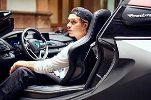 Még Beckham fiának figyelmét is felkeltette a BMW i8 Roadster