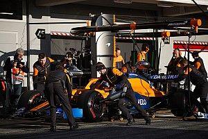 Így cserélnek kereket a McLarennél szájmaszkban: Sainz a volán mögött (videó)
