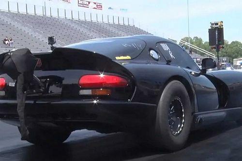 Így száguld át hét másodperc alatt negyed mérföldön egy 3200 lóerős Dodge Viper