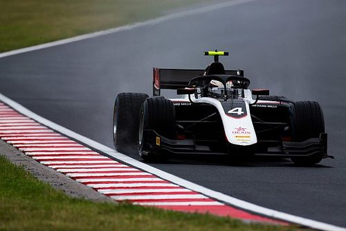 Hungary F2: De Vries sets pace in wet qualifying