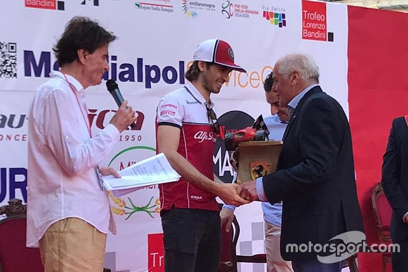 Un emozionato Antonio Giovinazzi riceve il Trofeo Bandini a Brisighella