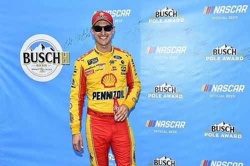 Logano gana la pole para Michigan y Suárez en top 10