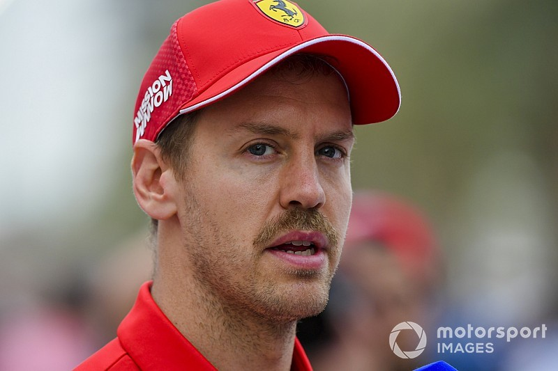 Videó: Vettel közönség előtt vezetett a kínai pályán az F1 2018-ban – nem úszta meg a fal nélkül…