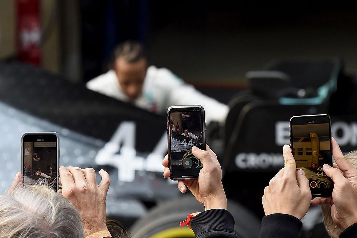 Hamilton imádkozása a Mercedes mellett