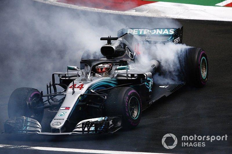"""Hamilton comemora título, apesar de """"corrida horrível"""""""