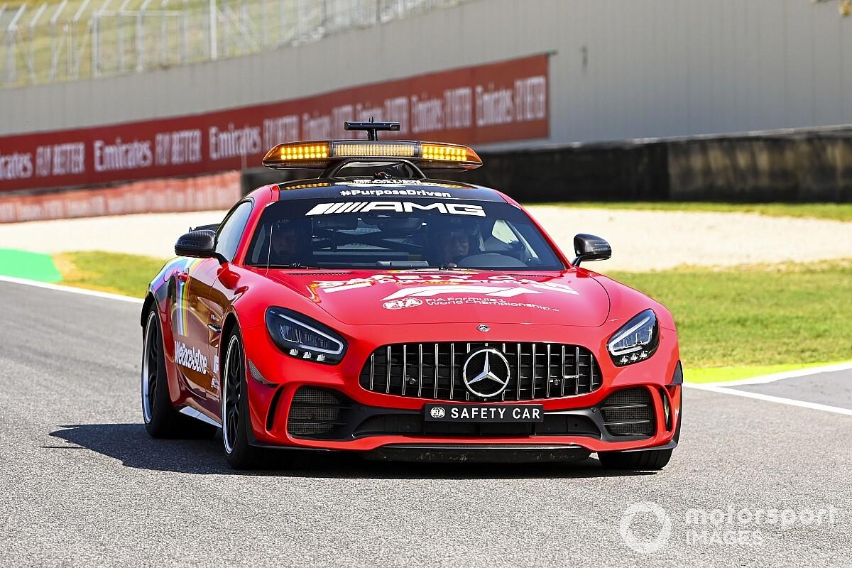 Mercedes перекрасила машину безопасности Ф1 в красный
