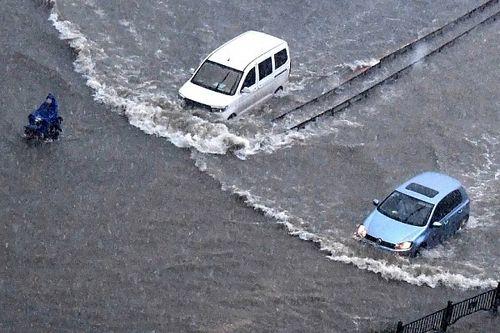 Kínai áradások: úgy úsznak az autók az elárasztott utcákon, mint a halak a vízben