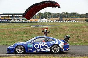 VÍDEO: Piquet salta de paraquedas e aterrissa próximo a carro antes de etapa da Porsche Cup