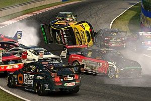 VIDEO: Enorme chaos door startcrash in virtuele Supercars-race