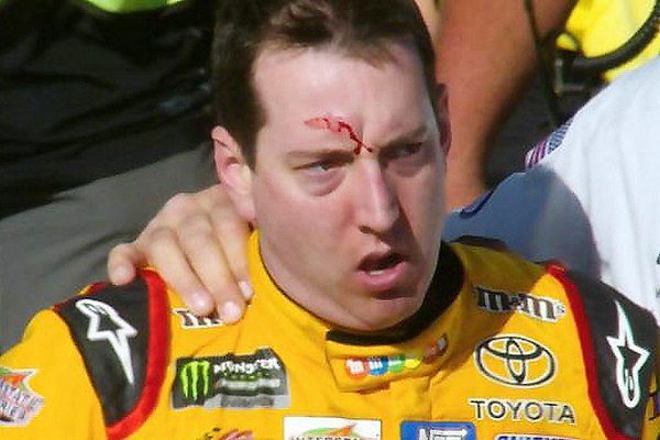 Ökölharc a NASCAR-ban: véres lett Busch feje a bunyótól