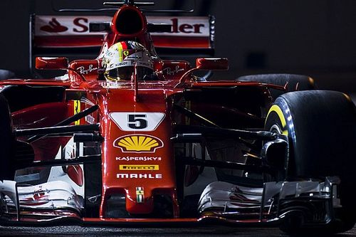 Vettel derrota Red Bull e crava pole em Cingapura