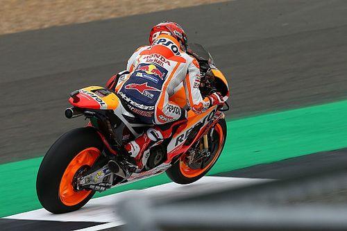 Pole e record per Marquez a Silverstone, ma Rossi è ad un soffio