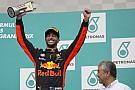 """Ricciardo: """"Vettel matou seus pneus vindo atrás de mim"""""""