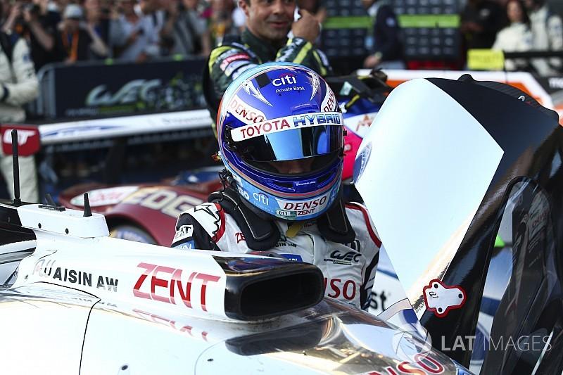 Videón, ahogy Alonso elsőként fut be a célba Spában