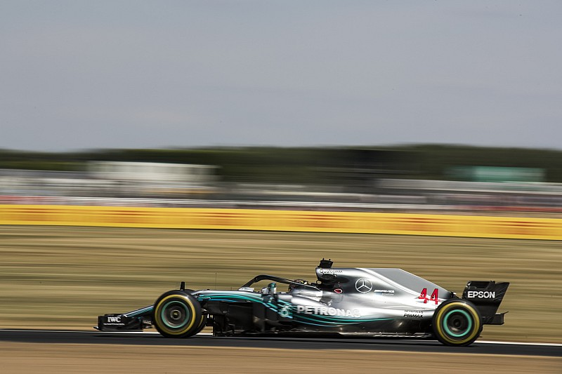 Hamilton reage no fim, bate Vettel e faz pole em Silverstone
