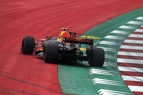"""Webber: """"Verstappen zorgt voor druk bij monteurs door er vaak af te gaan"""""""