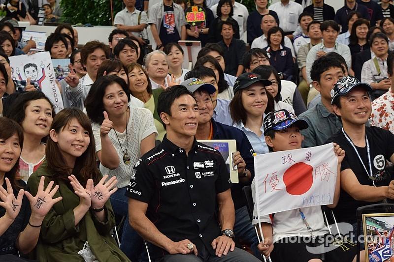 """佐藤琢磨、凱旋ファンイベントに登場。集まったファンに""""感謝"""""""
