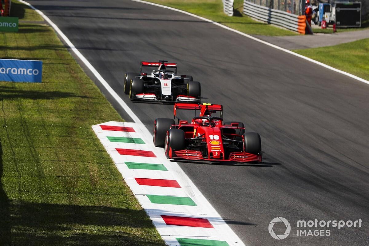 Ezzel a sisakkal várja Charles Leclerc a Ferrari 1000. futamát