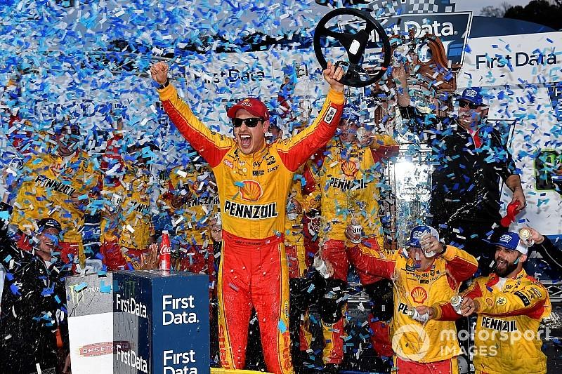 Logano derrota Truex e conquista vaga na final da NASCAR