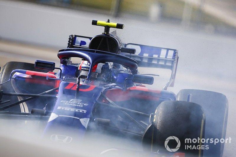 Una pieza del auto de Ricciardo pasó por el halo de Gasly y le golpeó el visor del casco