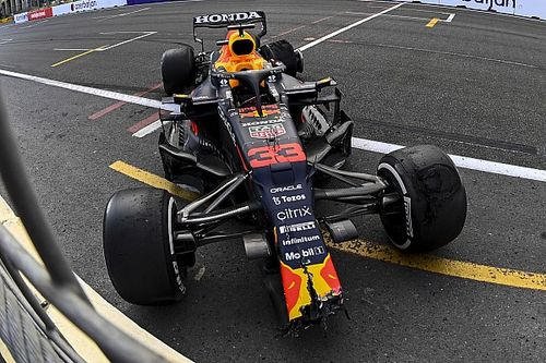 A versenyzők értetlenül állnak a Verstappen balesetét követő késlekedés előtt
