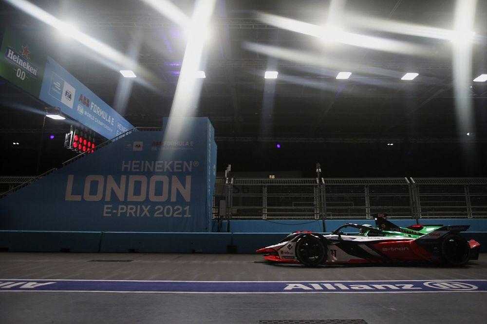 """フォーミュラEロンドンePrixレース2決勝:大乱戦! 頭脳的""""奇襲""""でトップチェッカーのディ・グラッシは失格。優勝はリン"""