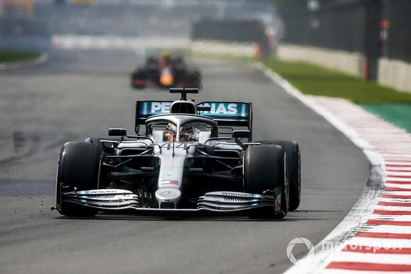 Erre fókuszál Hamilton vezetés közben