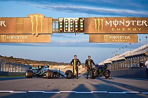 Primer vídeo del intercambio moto-coche entre Rossi y Hamilton