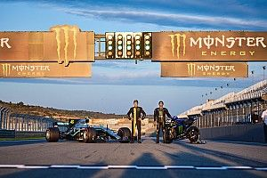 Hamilton két, Rossi négy keréken - világbajnokok egyszerre a pályán - videó