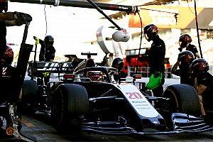 Így gyakorolja a Haas az F1-es kerékcseréket a parkolóban, szabad ég alatt (videó)