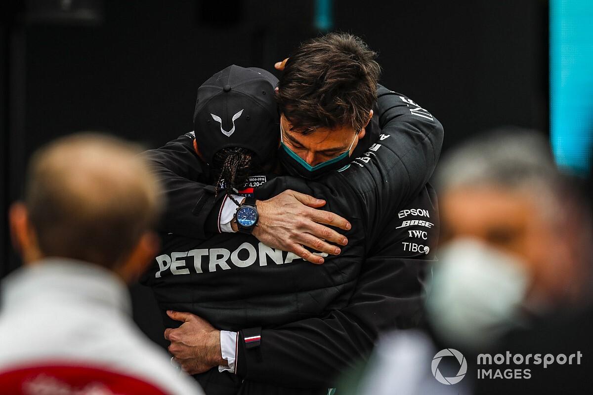 Wolff verwacht pas na seizoen contractverlenging Hamilton
