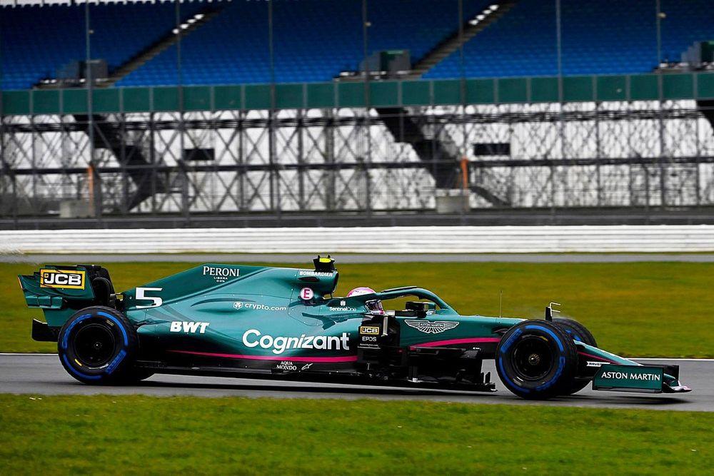 Vettel no cree que Mercedes juegue sucio si les superan