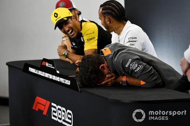 Vídeo: Norris chora de rir com piada de Ricciardo em coletiva da F1