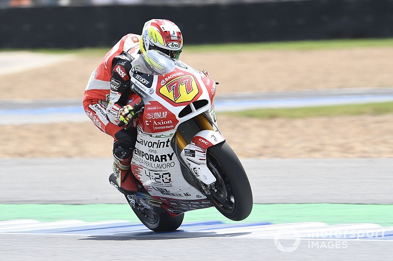 Видео: гонщик Moto2 проехал вверх ногами