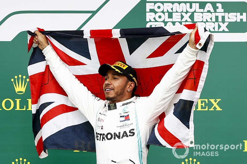 Hamilton wint op Silverstone, Verstappen vijfde na botsing met Vettel