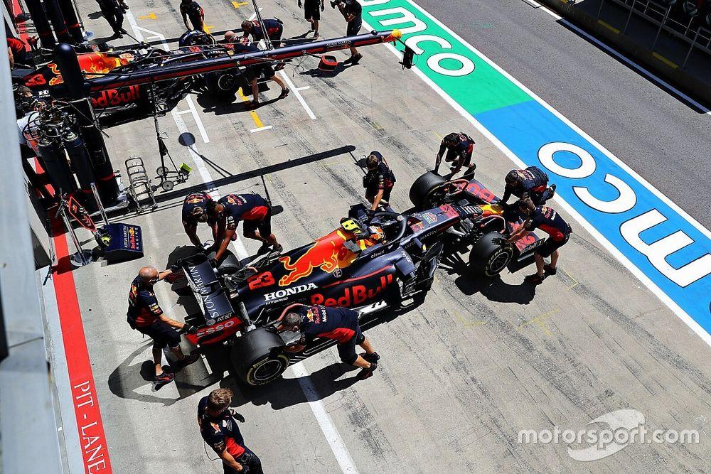 Механики Red Bull работали с машинами всю ночь