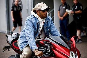 Hamilton egy menő, névre szóló motorral futott be a monacói paddockba