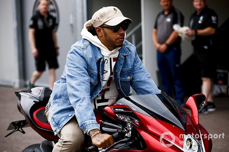 GALERIA: Hamilton chega em Mônaco com moto que custa quase R$ 300 mil