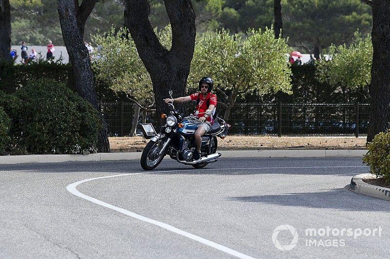Así llegaron los pilotos de F1 en sus coches y motos de calle al Paul Ricard